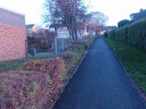 Adlerstieg entlang der Schule