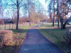 Weg entlang des Sportplatzes